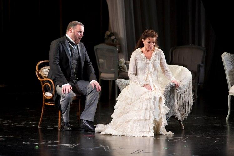 WNO La traviata - Roland Wood (Giorgio Germont) and Linda Richardson (Violetta). Photo credit Betina Skovbro - 3194a