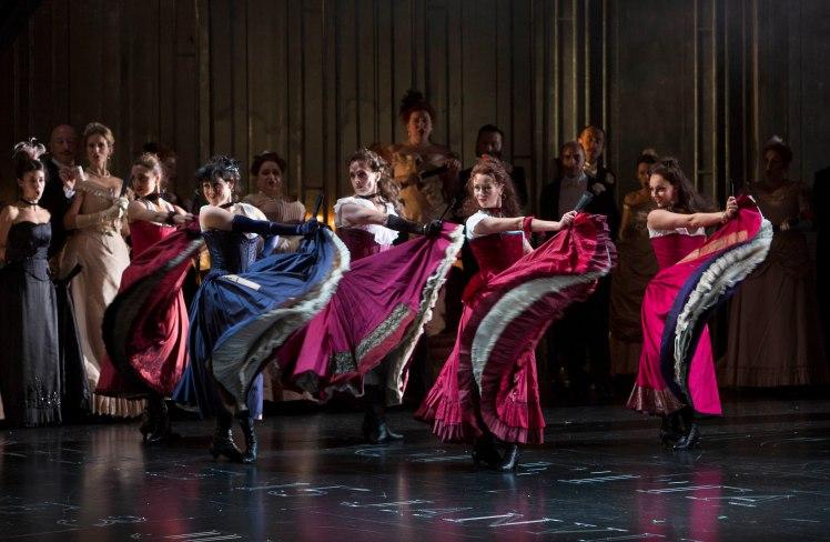 WNO La traviata - WNO Dancers and WNO Chorus. Photo credit Betina Skovbro - 3552a
